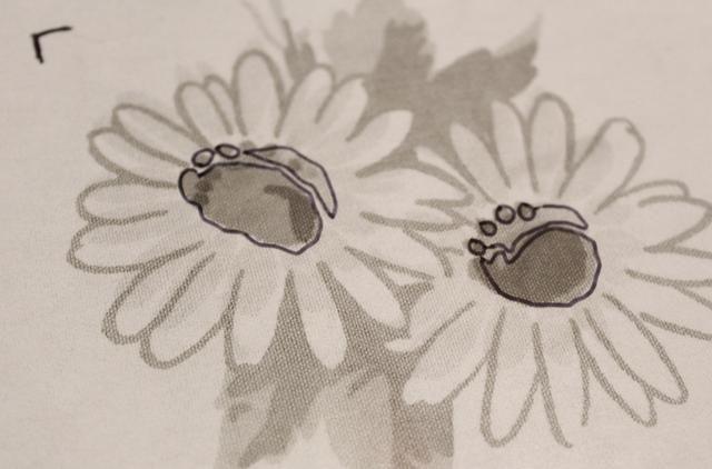usando otro trozo de película, esbocé los centros de flores ...