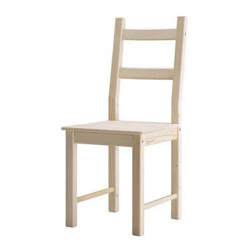 Se utilizó la silla de madera barata que pudimos encontrar para este proyecto (IKEA Ivar). Las dos barras horizontales son buenos para los pantalones y las camisas que cuelgan, los mandos en la parte superior son buenas para las chaquetas.