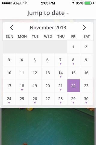 Puede abrir el calendario en la aplicación y encontrar sus fotos y vídeos por fecha. El punto morado indica los días que contienen fotos y / o videos.