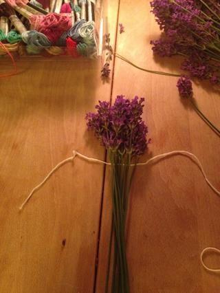 Tome 14 lavanda y colocar la parte inferior de las cabezas de las flores juntos. Ate la cadena bajo las cabezas de las flores. Deja el extremo corto de la cadena larga, que lo necesitará más adelante.