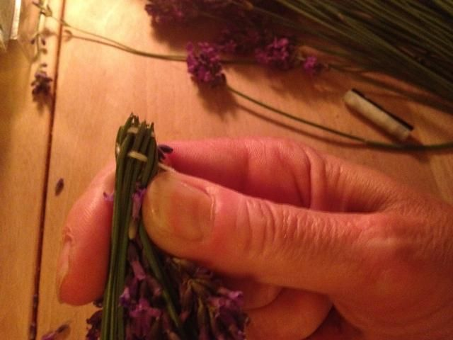 Continuar a tejer la cuerda alrededor de las cabezas de las flores. Retire las pequeñas flores que sobresale.