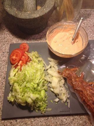 Utilice lo que sea materia de ensalada que usted prefiera. Mi vestidor es un combo de salsa caliente sobrante, queso ajo fresco y un poco de mayonesa. Maravilloso.