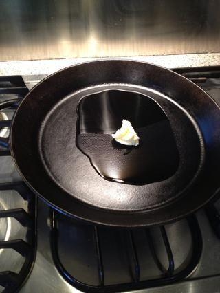 Calentar su fiel vieja sartén de hierro fundido, y el uso de una mezcla de aceite de cocina neutro y mantequilla para freír en. Aceite para el calor y la mantequilla para el gusto.