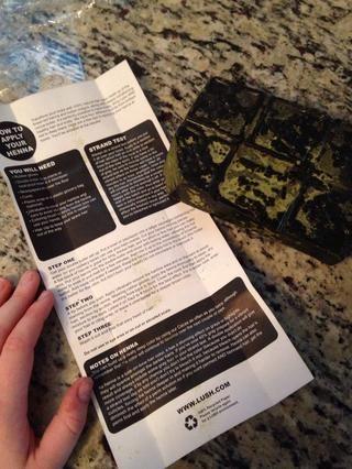 La envoltura de la cuadra henna tiene instrucciones, suministros e información general en el interior.