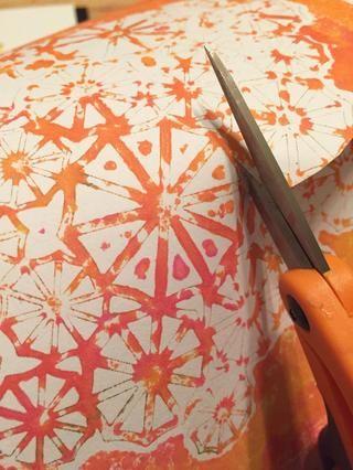 luego cortar algunas sombrillas de monoprint hecho usando la plantilla sombrilla y añadirlas al collage.