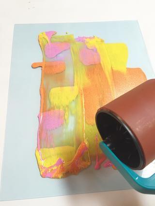 utilizar la rueda de arte para comenzar a mezclar suavemente tintas y repartirlos sobre la placa.