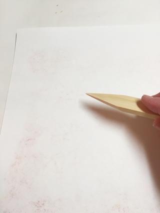 de plantillas con áreas pequeñas, como la plantilla sombrilla, puede que tenga que ir sobre papel usando carpeta de hueso para impresionar a los detalles más finos en papel. se puede comprobar la transferencia levantando suavemente esquina de papel.