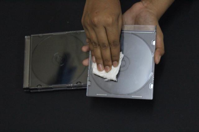 Limpie y limpiar la parte clara de la caja del CD.