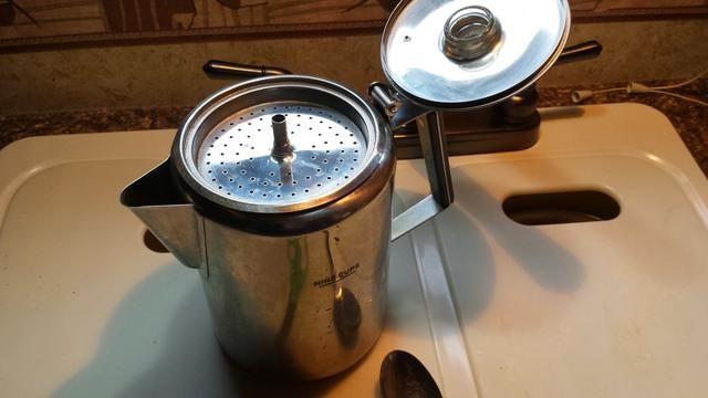 Coloque la parte superior sobre, poner sobre la fuente de calor. Cuando el agua alcanza la temperatura que hierve a través del tallo central y fluya hacia abajo sobre su café. De vez que empieza a animarse hasta su finalización es de aproximadamente 3 minutos.
