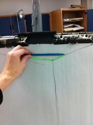 Compara los ángulos y la forma de triángulo con su dibujo y hacer cambios.