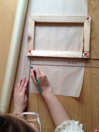 ❶measure el tamaño entre los dos chinchetas (nótese la posion de los thumbtaks en la foto!) Y cortar la seda Exactamente el tamaño.