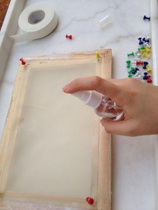 ❷thumbtack la seda en el Fram y el uso de la botella para humedecer la seda (es el proceso tradicional de la pintura de seda china, con el fin de prevenir la formación de arrugas seda durante la pintura)