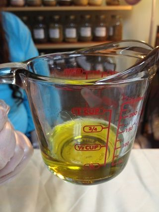 Una vez completamente derretido, como se muestra, añadir contenido de la botella condimentación y revuelva.