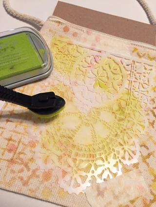 cinta Tatting plantilla en el centro de la bolsa y comenzar entintado con Limón tinta en las áreas del diseño. usted tendrá que la tinta de los bordes exteriores de la plantilla, así como el interior.