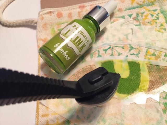 por un poco de brillo, utilice la aguja y punta para aplicar Bambú Izink al iris.
