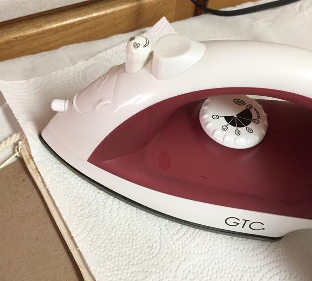 cubrir tabla de planchar con un trapo y luego cubra la bolsa con toallas de papel limpias. de hierro sobre el diseño para calentar las tintas de ajuste, de hierro móvil alrededor de cada pocos segundos.