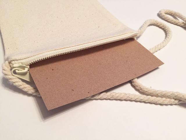 inserte un pedazo de madera aglomerada dentro bolso para prevenir el sangrado de diseños entintadas para otro lado.