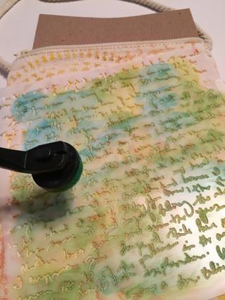 cinta Cree la plantilla de secuencias de comandos en una inclinación en la parte posterior de la bolsa. Tinta usando Jungle, Limelight y Tintas Aruba.