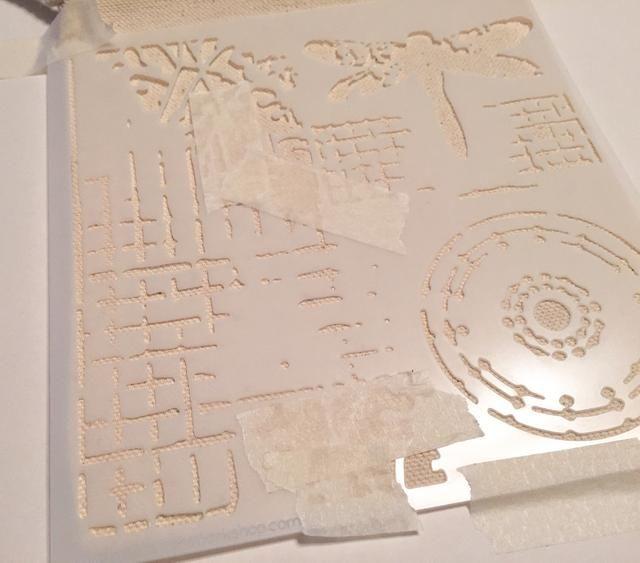 bolsa de la cinta a la superficie de trabajo, a continuación, la pantalla de cinta de impresión de la plantilla a la bolsa con el patrón de rejilla en la parte inferior izquierda. También cinta de cualquier parte del diseño que usted no't want inked.