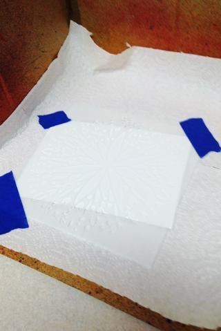 La línea de color Catcher con toallas de papel, cartulina cortada en 6 - 4 X 6 piezas. sentar 1 a 4 X 6 cartulina en color Catcher, a continuación, la cinta Plantilla Flor Arte Popular hacia abajo sobre ella.