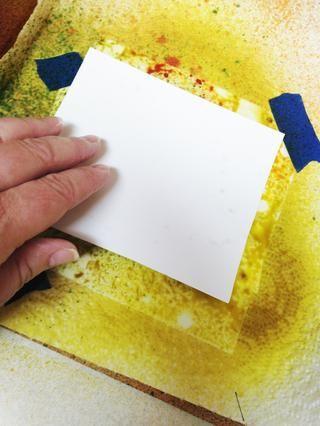 para hacer uso de exceso de tinta en la parte superior de la plantilla, pulse un documento 4 X 6 en la parte superior de la plantilla. suavemente suave con los dedos o con rodillo para transferir la tinta.