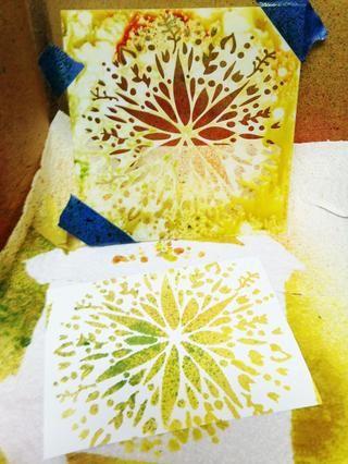 imagen estarcido creado. retire la cinta y cartulina. enjuagar la plantilla y deje secar.