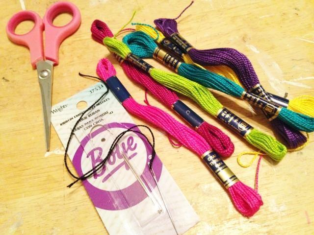rellenar diseños trazados usando una variedad de colores de algodón arte hilo de bordar y romas agujas tapices punta.