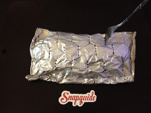 Use un tenedor para perforar agujeros en el sobre de aluminio. Seguir adelante y llamar a ti mismo la perforación lo más que pueda. Esto asegura sabores de té serían realmente repartidas en los alimentos (y terapéutico también).