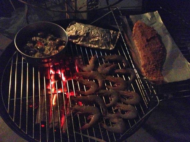 A continuación, iniciar la colocación de los alimentos en el mismo lado también. Coloque los alimentos que se cocinan rápido (como gambas) a fuego indirecto ...
