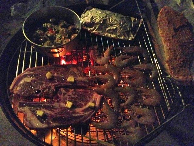 ... Y los alimentos que se cocinan más largo (como chuletas de cordero) a fuego directo. Cocinar los alimentos con calor indirecto da tiempo para preparar té ahumado sabores se extienden a los alimentos, mientras que los mantiene jugosa.