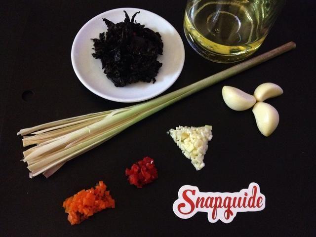 El uso de las hojas de té usadas con estos ingredientes da un sabor único en hilván. También, hacer un cepillo de hierba de limón fresco para darle más sabor. Cortar extremo ancho a lo largo para formar un cepillo tal como se muestra.