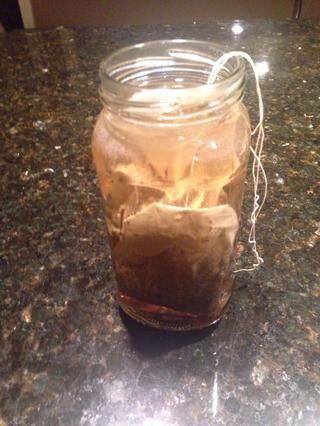 Añadir bolsas de té al agua. Más bolsas de té se pueden utilizar para lograr un tono más oscuro.