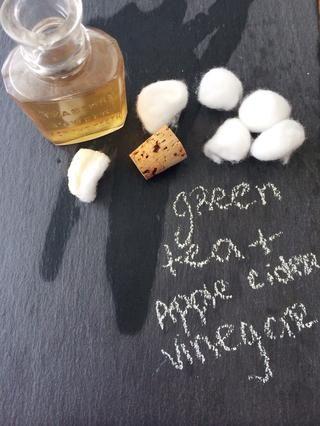 Crear un tóner para el sensible y propensa al acné con té verde. Té escarpadas, añadir 1-2 gotas de jugo de limón. Mezcle 2 partes de vinagre de sidra de manzana, 1 parte de té. Aplicar con un algodón o diluir y utilizar una botella de spray.