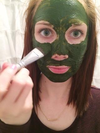Aplicar sobre el rostro con los dedos o un cepillo de base. Dejar actuar durante 5-10 minutos y luego enjuague con agua tibia. Siga con té verde y tóner tu crema hidratante.
