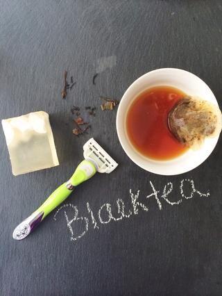 Utilice el té negro para calmar la piel después del afeitado y ayudar a la apariencia general de la erosión cutánea. Remoje una bolsita de té en agua y frotar sobre la piel afectada.