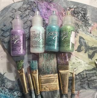 Aplicar diferentes Stickles color para las cerdas del cepillo de pintura por un poco de bling.