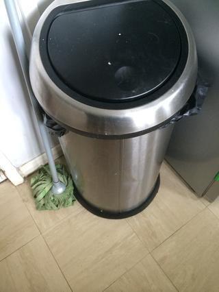 Job 8 - desodorizar Basureras o contenedores. Espolvoree bicarbonato de sodio en el fondo de su bote de basura para mantener la basura apestosa huele a raya