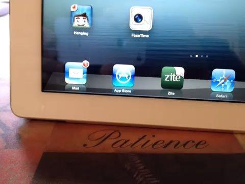 Enviando email. Pulse en el botón de correo electrónico a continuación, haga clic en el lápiz en la esquina superior derecha. Nuevo correo electrónico se abrirá. Dirección de correo electrónico añadir sujetas a continuación, escriba la nota. Una vez hecho esto send azul golpeó en la esquina superior derecha.