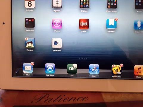 Conseguir una aplicación. Empuje el botón de la tienda de aplicaciones. Encuentra aplicación que desea. Empuje instalar. Escriba su contraseña de ID de manzana. Pulse Aceptar.