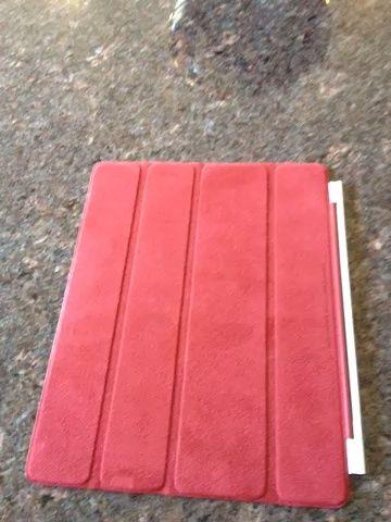 Utilizando la cubierta elegante. Línea con imanes con cara de iPad. Cubierta acaba de agarrar iPad. Al cerrar el iPad se apagará. Al abrir el iPad se enciende.