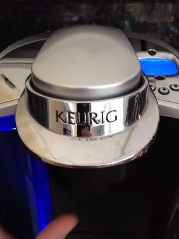 Abrir cámara de K-Cup (Tenga cuidado de sólo una estrecha cámara de K-Cup una vez con mismo K-Cup o no funcionará)