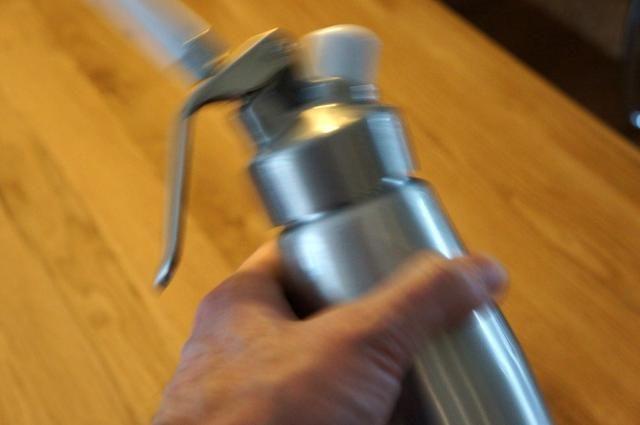 Agitar el sifón con firmeza un par a veces.