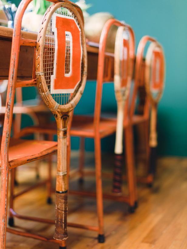 Fotografía - Cómo utilizar las raquetas de tenis de la vendimia como guirnaldas silla varsity-temático