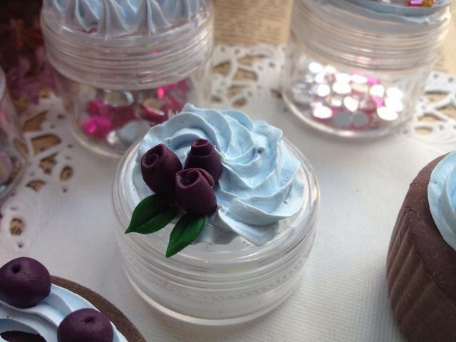 Este está decorado con rosas de arcilla. * Para la toma de rosas de arcilla, por favor refiérase a mi otro guía instante.
