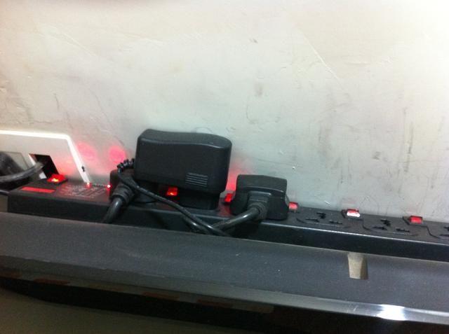 Cuadro destructor de Spike o caja de extensión poder oculto detrás de la televisión