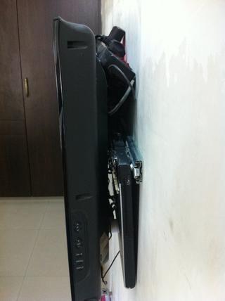 Ahora portátil, adaptador de corriente, caja de destructor de pico, todos los cables están ocultos parte posterior del televisor ??????