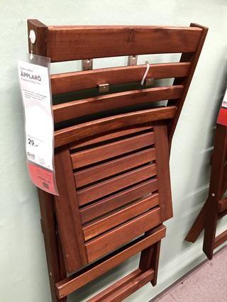 Editar (marzo de 2015): IKEA parece que le gusta la idea de colgar esas sillas con los mismos ganchos, así ...