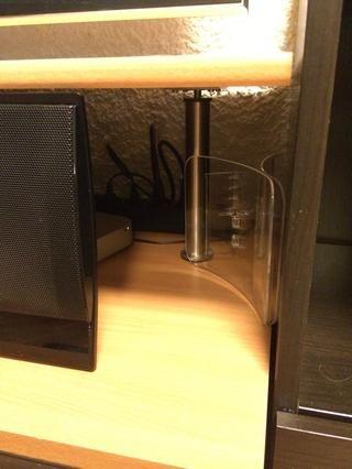 Coloque el sostenedor de la servilleta al lado de donde se oculta detrás de sus dispositivos