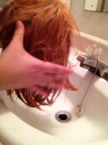 Escurrir el agua de enjuague y exprimir la mayor cantidad agua como sea posible, tan suavemente como sea posible. Lavarse las pelucas es un proceso delicado.