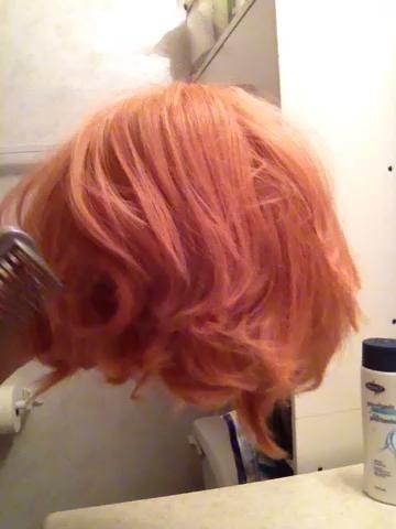 Si su peluca es ligeramente tangly, sugiero peinando a cabo. Si lo hace mientras está húmedo se estirará y dañar las fibras de la peluca. Esto es opcional. (Si su peluca está enredado intensamente, consulte mi otro guía).